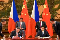 Chinese President Xi Jinping (back-right) and Philippines President Rodrigo Duterte (back-left) attend a signing ceremony after their bilateral meeting during the Belt and Road Forum, at the Great Hall of the People in Beijing, China May 15, 2017. REUTERS/Etienne Oliveau/Pool