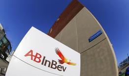 Anheuser-Busch InBev, premier brasseur mondial, veut investir deux milliards de dollars (1,82 milliard d'euros) aux Etats-Unis où les ventes de sa bière emblématique Budweiser ont baissé et où sa part de marché a reculé au cours des trois dernières années. /Photo d'archives/REUTERS/Yves Herman