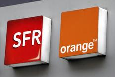 Orange a dit lundi avoir été assigné en justice par SFR au sujet d'un différend qui les oppose sur la couverture du territoire en fibre optique, confirmant une information du site internet du journal Les Echos. /Photo d'archives/REUTERS/Charles Platiau