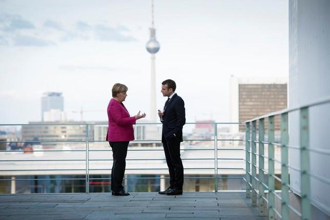 5月15日、ドイツのメルケル首相とフランスのマクロン新大統領は、欧州連合(EU)の統合を深化させ、ユーロ圏の危機対応力を高めるために中期的なロードマップを策定することで合意した。提供写真(2017年 ロイター/Guido Bergmann/Courtesy of Bundesregierung/Handout via REUTERS)