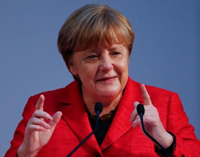 5月15日、メルケル独首相(写真)は、電気自動車(EV)100万台を2020年までに国内で普及させるとの政府目標について、達成できない見通しだと明らかにした。写真はベルリンで6日撮影(2017年 ロイター/Fabrizio Bensch)