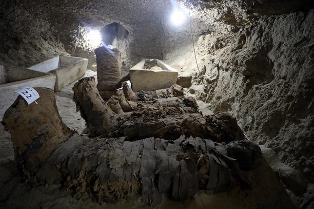 5月13日、エジプトのカイロから250キロ南のミニア県で、地下8メートルの古代墓地が見つかり、少なくとも17体のほぼ無傷のミイラがあることが分かった。エジプト考古省は、観光資源として活用できる可能性があるとしている(2017年 ロイター/Mohamed Abd El Ghany)