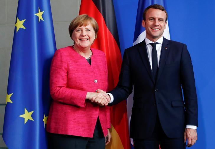 2017年5月15日,德国柏林,德国总理默克尔和法国总统马克龙握手。REUTERS/Fabrizio Bensch