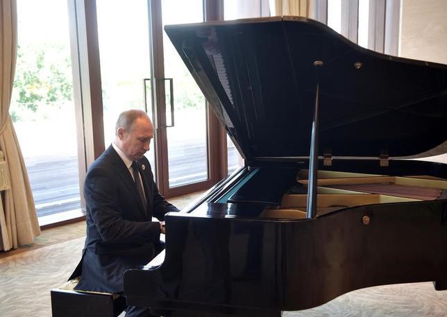 5月15日、ロシアのプーチン大統領は北京での記者会見で、前日14日に中国・習近平国家主席との首脳会談を待つ間、釣魚台迎賓館で即興で弾いたピアノが調律不足だったので演奏が妨げられたと述べた。提供写真(2017年 ロイター/Sputnik/Aleksey Nikolskyi/Kremlin)