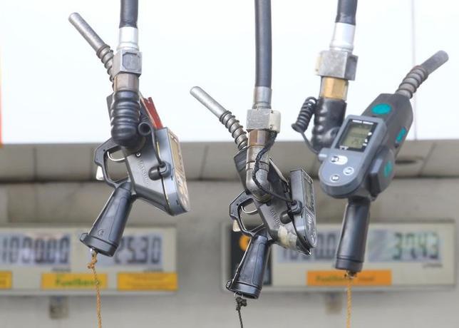 5月12日、中国やインドが電気自動車へと軸足を移そうとする中、石油会社や自動車会社の幹部は今後、事業環境の変化に対応を迫られる可能性があるとみている。写真はマニラで2016年8月撮影(2017年 ロイター/Romeo Ranoco)