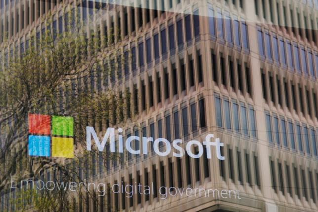 5月15日、身代金要求型ウイルスを使ったサイバー攻撃が世界を襲った。一見すると単刀直入なやり方だが、現実にはもっと複雑な問題をはらんでいる。写真は、米マサチューセッツ州にあるマイクロソフトのオフィスで撮影(2017年 ロイター/Brian Snyder)
