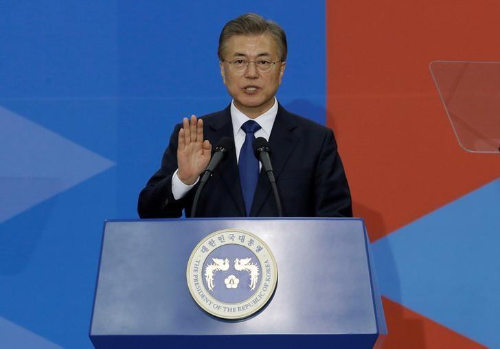 资料图片:2017年5月10日,韩国新当选总统文在寅在国会宣誓就职。REUTERS/Ahn Young-joon