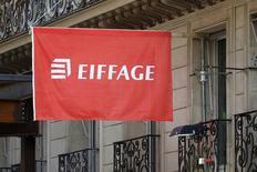 Eiffage, à suivre mardi à la bourse de Paris. La banque publique Bpifrance a annoncé mardi être sortie du capital d'Eiffage après avoir cédé la participation de 5,7% qu'elle détenait encore au capital du groupe de BTP et de concessions, pour un montant de 428 millions d'euros, soit un prix unitaire de 77 euros par action. /Photo d'archives/REUTERS/Charles Platiau