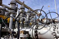 НПЗ Аль-Шейба в Басре. Цены на нефть продолжили рост утром во вторник после сильного вчерашнего ралли благодаря надеждам на продление глобального пакта ОПЕК+.   REUTERS/Essam Al-Sudani/File Photo