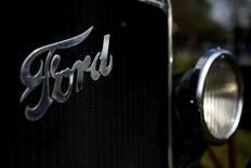 El grupo automovilístico estadounidense Ford Motor Co planea reducir su mano de obra asalariada en América del Norte y Asia en un 10 por ciento como parte de una campaña para impulsar las ganancias y el precio de sus acciones, dijo el lunes a Reuters una fuente con conocimiento del plan. Imagen de archivo del logo de Ford en un coche antiguo de la firma en Ballinascarthy, Irlanda, cerca de la casa de los antepasados de Henry Ford, el 20 de abril de 2017. REUTERS/Clodagh Kilcoyne