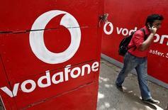 Le britannique Vodafone, deuxième opérateur mobile mondial, a publié mardi une perte de 6,1 milliards d'euros au titre de l'exercice clos fin mars, due notamment à sa filiale indienne qu'il a entrepris de fusionner avec Idea Cellular. /Photo d'archives/REUTERS/Rupak De Chowdhuri