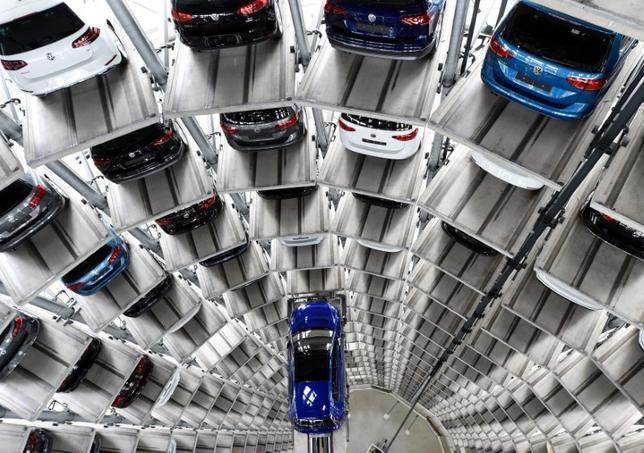 5月16日、欧州自動車工業会(ACEA)が発表した4月の欧州連合(EU)と欧州自由貿易連合(EFTA)の新車登録台数は前年比6.8%減の123万台となった。写真は独フォルクスワーゲンのデリバリータワー。ヴォルフスブルクで3月撮影(2017年 ロイター/Fabian Bimmer)