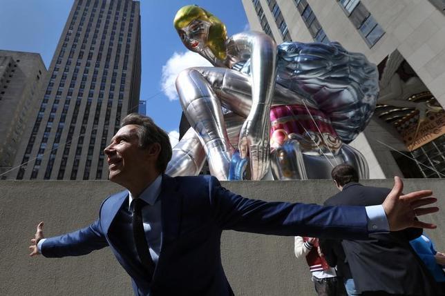 5月13日、米国の現代アーティスト、ジェフ・クーンズ氏が、ニューヨークのロックフェラー・センターに巨大なバレリーナのバルーンアートを設置した。12日に登場したこの14メートル近い高さの作品は「Seated Ballerina」(座るバレリーナ)と名付けられている(2017年 ロイター/Carlo Allegri)