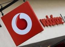 Vodafone, el segundo mayor operador de telefonía móvil del mundo, dijo el martes que tuvo unas pérdidas de 6.100 millones de euros ($6.710 millones) en el ejercicio fiscal cerrado en marzo, arrastrado por la atribulada filial india que está ahora segregando. En la imagen, el logo de Vodafone en una tienda en Oxford, Inglaterra, el 16 de mayo de 2017. REUTERS/Toby Melville