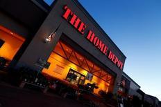 Home Depot, première enseigne de bricolage et d'aménagement intérieur aux Etats-Unis, a annoncé mardi une hausse de 12% de son bénéfice trimestriel, à la faveur d'une augmentation de la fréquentation de ses magasins et du montant du panier moyen de sa clientèle. /Photo prise d'archives/REUTERS/Mike Blake