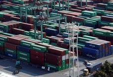 La zone euro a enregistré en mars une hausse plus forte que prévu de son excédent commercial, avec une progression à la fois des exportations et des importations /Photo prise le 22 mars 2017/REUTERS/Issei Kato