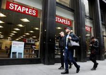 Staples, qui est à suivre mardi à Wall Street, gagnait 1,93% à 9,50 dollars dans les transactions en avant-Bourse après l'annonce d'une baisse moins marquée qu'attendu des ventes à données comparables au premier trimestre. /Photo prise le 4 avril 2017/REUTERS/Brendan McDermid