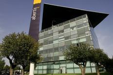El negocio español de satélites Hispasat, cuyo principal accionista es el grupo de concesiones Abertis, es un activo estratégico para el Gobierno español y sería un punto a analizar por el Ejecutivo en relación a la oferta de Atlantia por la empresa española, dijo el martes el ministro español de Economía. Imagen de archivo de la sede de Abertis en Barcelona, el 24 de abril de 2006. REUTERS/Gustau Nacarino