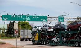 La producción fabril de Estados Unidos aumentó en abril a su mayor ritmo en tres años alentada por el sector automotor, lo que respalda la perspectiva de que el crecimiento económico estaría repuntando en el segundo trimestre después de un débil comienzo de año. En la imagen, un camión con vehículos en Windsor, Ontario, el 28 de abril de 2017. REUTERS/Rebecca Cook