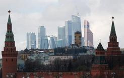 Вид на Кремль и небоскребы делового квартала в Москве 27 февраля 2016 года. Федеральный бюджет России в январе-апреле 2017 года был исполнен с дефицитом 511,088 миллиарда рублей, или 1,9 процента ВВП, сообщил во вторник Минфин. REUTERS/Grigory Dukor/File Photo
