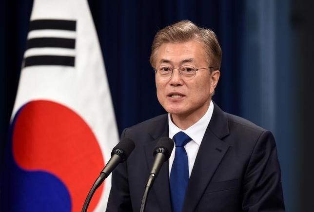 5月15日、韓国の文在寅新大統領(写真)は9年ぶりに左派政権を率いることになるが、国会においては少数与党であり、左派色の濃い政策変更は当面実行できそうにない。写真はソウルで10日撮影(2017年 ロイター/Jung Yeon-Je)