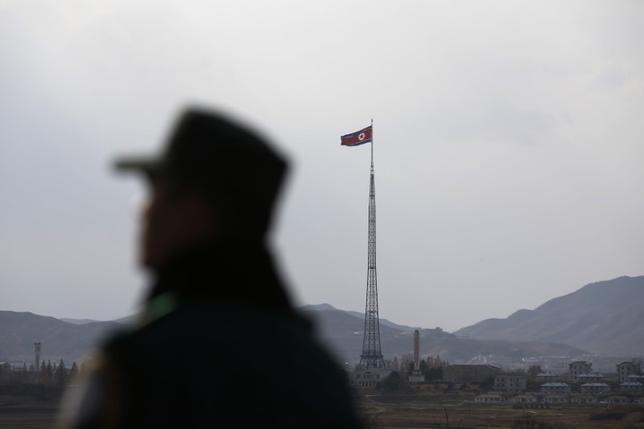 5月17日、韓国統一省は、北朝鮮との通信線を再開すべきだというのが基本的な立場だと明らかにした。写真は板門店付近で2014年11月撮影(2017年 ロイター/Kim Hong-Ji)