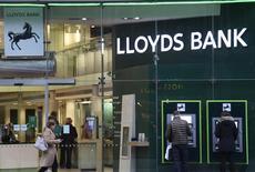 Reino Unido ha vendido la participación que le quedaba en Lloyds Banking Group, lo que le convierte en el primer banco británico en reprivatizarse completamente tras la crisis, en un paso simbólico en la recuperación del sector bancario. En la imagen de archivo, clientes en un cajero automático de Lloyds en Londres. REUTERS/Toby Melville