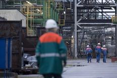 La raffineria di Schwedt/Oder, in Germania, tra i cui proietari ci sono sia Eni che Rosneft oltre a BP, Shell, Total. Foto del 20 ottobre 2014. REUTERS/Axel Schmidt