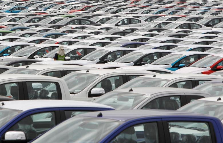 FILE PHOTO - An employee walks among vehicles at AutoAlliance Thailand, a Ford and Mazda joint venture plant, located in Rayong province, east of Bangkok, Thailand on September 17, 2013.    REUTERS/Chaiwat Subprasom/File Photo