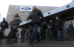 Рабочие покидают завод Ford Motor Co в Генке, Бельгия. Ford Motor Co сообщил в среду, что планирует сократить 1.400 штатных сотрудников в Северной Америке и Азии, предлагая им льготы при добровольном раннем выходе на пенсию и другие финансовые стимулы.  REUTERS/Francois Lenoir (BELGIUM - Tags: BUSINESS EMPLOYMENT TRANSPORT)