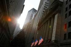 La Bourse de New York a ouvert en nette baisse mercredi, les investisseurs s'inquiétant des polémiques entourant Donald Trump qui pourraient remettre en cause la mise en oeuvre des réformes économiques et fiscales promises par le président américain et très attendues par le marché. Quelques minutes après l'ouverture, l'indice Dow Jones perd 184,76 points, soit -0,88%, à 20.794,99 points. /Photo d'archives/REUTERS/Andrew Kelly
