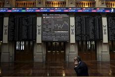 El Ibex-35 recogió el miércoles las ganancias cosechadas en sesiones anteriores y perdió casi un 1,8 por ciento, mientras Wall Street sufría las turbulencias políticas de Estados Unidos, con temores incluso de que se inicie un proceso con el objetivo de destituir al presidente estadounidense. En la imagen, un trader en la Bolsa de Madrid, el 6 de julio de 2015. REUTERS/Juan Medina