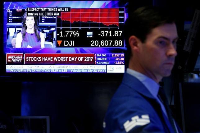 米株式市場がついにトランプ政権の現実に目覚めた。17日のS&P総合500種は1.8%下落し、昨年の米大統領選から始まった「トランプ・ラリー」の中で、最も顕著な相場反転となった。写真はニューヨーク証券取引所で17日撮影(2017年 ロイター/Brendan McDermid)