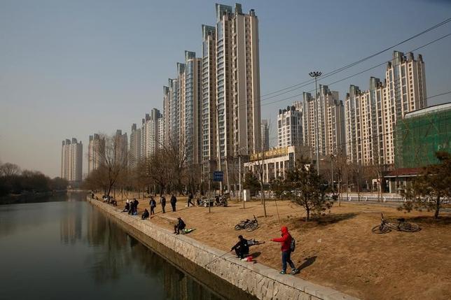 5月18日、中国国家統計局が発表したデータに基づくロイターの算出によると、4月の中国主要70都市の新築住宅価格は平均で前月比0.7%上昇した。3月の0.6%から伸びが加速した。写真は北京で2月撮影(2017年 ロイター/Thomas Peter)