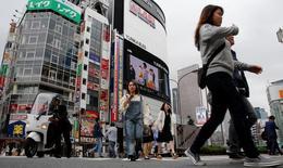 La economía de Japón se expandió a su mayor ritmo en un año en el primer trimestre, mostraron el jueves datos del Gobierno, lo que subraya la posibilidad de una recuperación económica estable impulsada por una sólida demanda global. En la imagen, varias personas cruzan un paso de cebra en Tokio, el 17 de mayo de 2017.  REUTERS/Toru Hanai