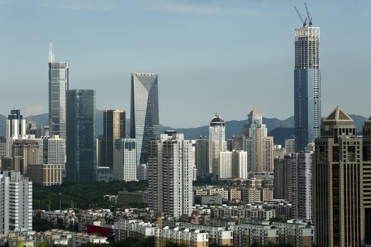 资料图片:2015年8月,深圳市区的高楼。REUTERS/Bobby Yip