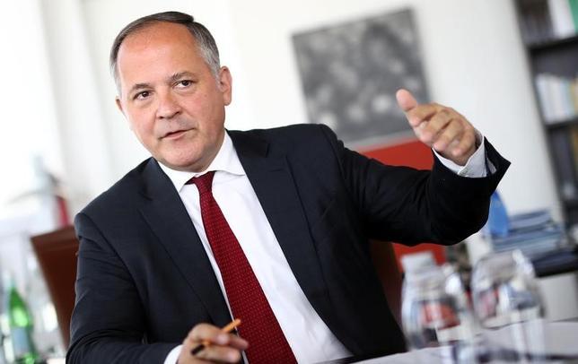 5月18日、欧州中央銀行(ECB)のクーレ専務理事は、インフレの回復が確認されれば、緩和縮小をあまり長く待つべきではないとの認識を示した上で、必要であれば早期の利上げも理論的には可能と語った。写真はロイターのインタビューに応じる同専務理事。17日フランクフルトで撮影(2017年 ロイター/Kai Pfaffenbach)