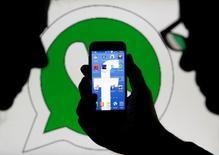 Les autorités de la concurrence européennes ont infligé jeudi une amende de 110 millions d'euros à Facebook pour avoir fourni des informations trompeuses sur son projet d'acquisition de la messagerie mobile WhatsApp en 2014. /Photo d'archives/REUTERS/Dado Ruvic