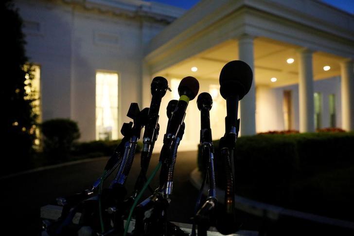 2017年5月15日,白宫西翼入口处摆放的话筒。REUTERS/Jonathan Ernst