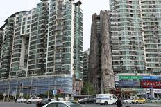 Жилые здания в Шанхае. Цены на дома в крупнейших городах Китая замедлили рост в апреле благодаря вступлению в силу ограничительных мер властей для того, чтобы остудить рынок недвижимости, однако высокий спрос в небольших городах привел к максимальному за шесть месяцев подъему цен в стране в целом.  REUTERS/Stringer