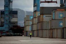 El Congreso de Diputados convalidó el jueves el decreto-ley para reformar el sector de la estiba a pesar de las quejas de los trabajadores y empresas portuarias, que lamentaron no haber sido consultados en la confección del texto definitivo. En la imagen de archivo, un hombre camina en la terminal de mercancías del Puerto de Algeciras. REUTERS/Jon Nazca