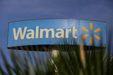 Wal-Mart Stores a annoncé jeudi une hausse trimestrielle plus marquée que prévu de ses ventes à magasins constants aux Etats-Unis, à la faveur d'une hausse de la fréquentation de ses magasins et d'une augmentation de ses livraisons en ligne. /Photo prise le 26 avril 2017/REUTERS/Daniel Becerril