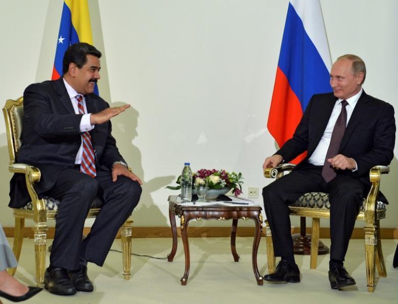 Russian President Vladimir Putin (R) meets with Venezuelan President Nicolas Maduro in Istanbul, Turkey, October 10, 2016.  Sputnik/Kremlin/Alexei Druzhinin via REUTERS