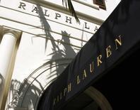 L'action Ralph Lauren est tombé à son plus bas niveau en huit ans jeudi à Wall Street, le groupe de luxe ayant annoncé un chiffre d'affaires à périmètre comparable nettement plus faible que prévu pour le quatrième trimestre de son exercice décalé. /Photo d'archives/REUTERS/Fred Prouser
