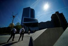 Le QG de la BCE à Frankfurt. Les banques centrales de la zone euro doivent envisager de prendre des mesures pour conserver le contrôle de la compensation des transactions sur les titres libellés en euros réalisée hors de l'UE depuis la décision du Royaume-Uni de quitter l'UE, a dit Yves Mersch, membre du directoire de la Banque centrale européenne (BCE). /Photo d'archives/REUTERS/Ralph Orlowski