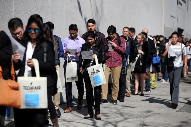 5月18日、13日までの週の新規失業保険申請件数は23万2000件と、3週連続で減少し、1973年以来の低水準に近づいた。写真は2017年1月、ロサンゼルスの雇用フェアを撮影(2017年 ロイター/Lucy Nicholson/File Photo)