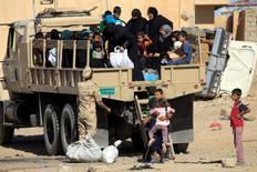 نساء وأطفال ينزلون من مركبة عسكرية في الموصل يوم 17 مايو ايار 2017. تصوير: علاء المرجاني - رويترز.
