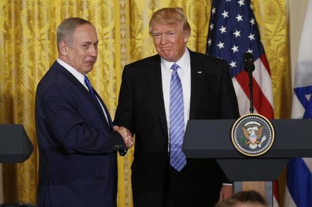 5月18日、トランプ米大統領(写真右)は初外遊の一環として来週イスラエルとパレスチナを訪問し、就任4カ月後という異例の早さで停滞する中東和平交渉の仲介に乗り出す。写真左はイスラエルのネタニヤフ首相。ワシントンで2月撮影(2017年 ロイター/Kevin Lamarque)