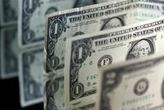 Долларовые купюры 28 апреля 2017 года. Доллар снизился к иене в пятницу, готовясь завершить неделю в минусе из-за опасений о том, что политическая нестабильность в Вашингтоне приведет к задержке реализации экономических реформ, обещанных президентом США Дональдом Трампом. REUTERS/Dado Ruvic/Illustration