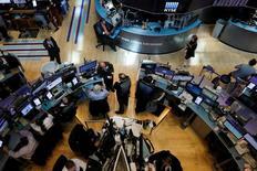 Трейдеры на торгах Нью-Йоркской фондовой биржи 18 мая 2017 года. Уолл-стрит восстановилась в четверг после самой масштабной распродажи более чем за восемь месяцев благодаря инициативам, направленным на ослабление регулирования интернета и оптимистичным экономическим данным. REUTERS/Brendan McDermid